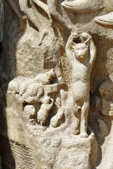 Mamallapuram, L'ascèse d'Arjun ou la descente du Gange 05, l'ascèse du chat devant des souries ravies